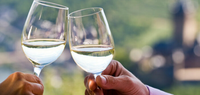 Genießen Sie ein gutes Glas Wein auf Ihrer Weinreise an die Mosel.