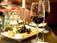 Wein und kulinarische Köstlichkeiten von der Mosel lassen sich mit Ausblick auf die Weinberge am besten genießen.