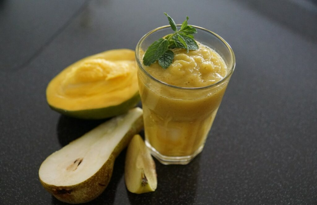 """Der Banane-Apfel-Birne-Mango-Smoothie ist nicht nur fruchtig, die cremiges Fruchtmousse rutscht zart über die Zunge und am Gaumen vorbei, hinterlässt dabei sein einzigartig süßes Aroma aus Banane und Mango, spielt ein wenig mit """"bittersüß"""" aus der Birne und Apfel - und macht uns restlos glücklich... (#1)"""