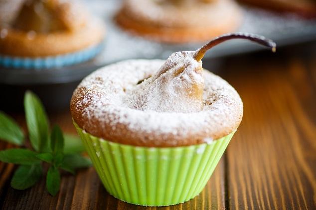 Den Kuchen nach dem Backen um die zehn Minuten abkühlen und dann vorsichtig aus der Silikonbackform stürzen. (#01)