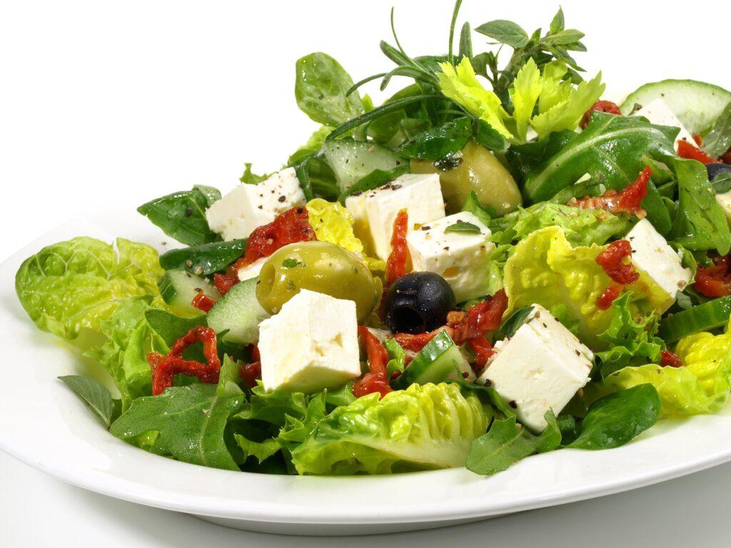 Salat mit Feta-Käse: Kalt gepresstes Traubenkernöl schmeckt leicht nussig und gleichzeitig fruchtig mit einem Hauch von Trauben. (#02)