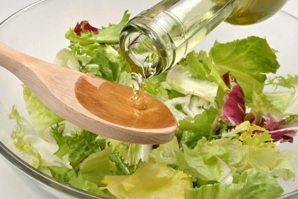 Besonders gut macht sich Traubenkernöl in einem leckeren Salat mit einem außergewöhnlichen Dressing. (#01)
