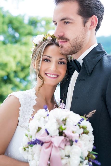 Bis der schönste Tag im Leben eines Brautpaares da ist, gibt es viel vorzubereiten, zu bedenken: Oft genug werden die tasächlichen Kosten unterschätzt.