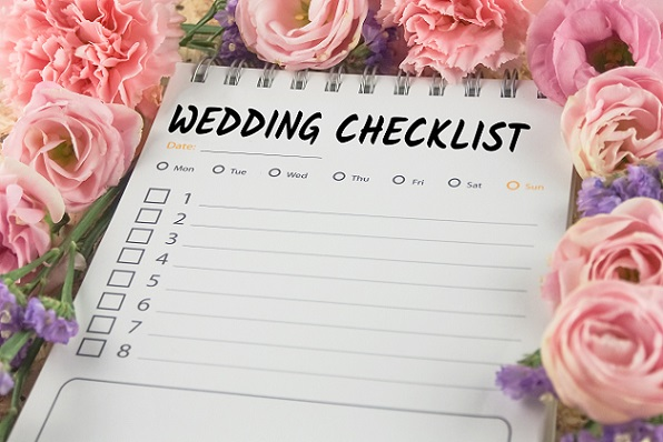 Eine Liste für die Hochzeit zu erstellen, ist die Garantie damit man nichts vergisst.