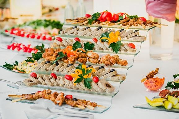 Catering für die Hochzeit: Auch da sollte man sich unbedingt exakt kalkulieren lassen.