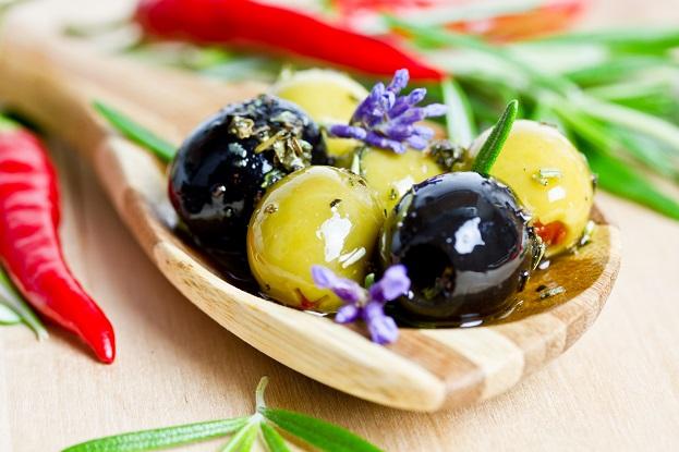 Gefüllte Oliven schmecken als abendlicher Snack sowie als Antipasti.