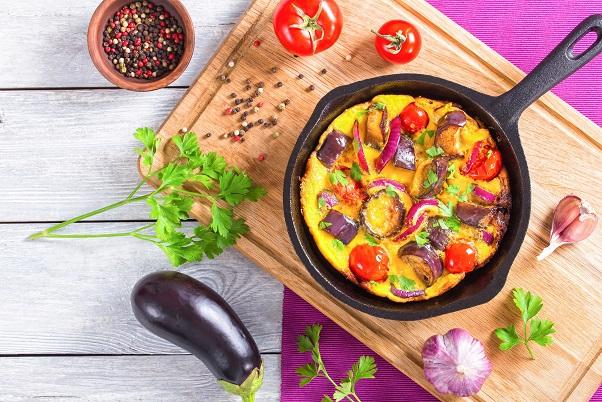 Die Frittata wird mit einem mediterranen Topping zu einer wahren Köstlichkeit
