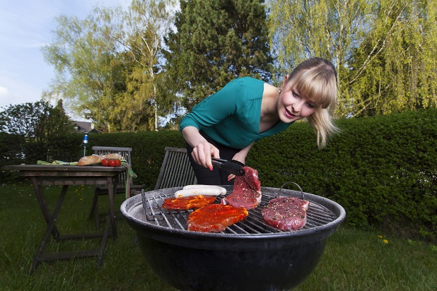 So verhindert zum Beispiel ein sogenannter Kugelgrill oder einfach auch eine Variante mit einem Deckel, dass die Kohle abkühlt oder dass das Grillgut nass wird.