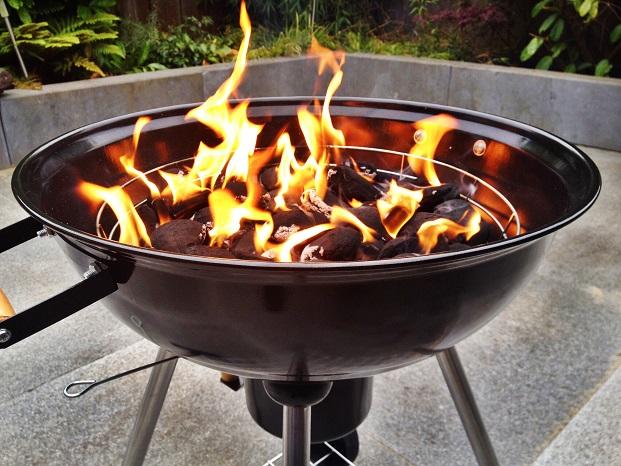 Neben der richtigen Kohle sollten auch feuerfeste Grillhandschuhe nicht fehlen und auch eine Grillbürste gehört zur Standard-Ausstattung.