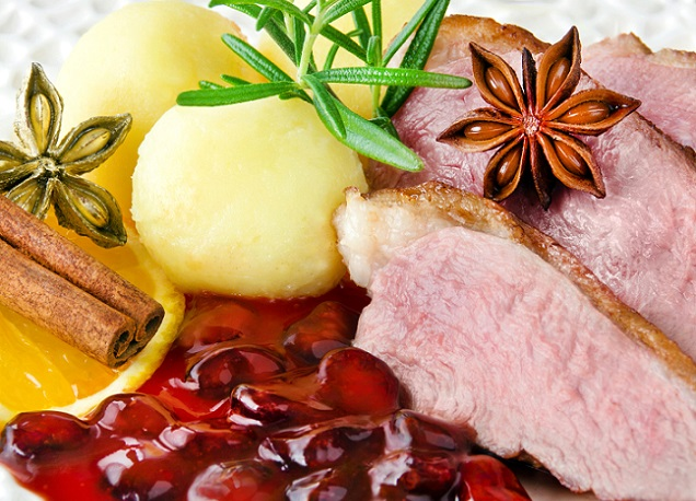 Ein geschmacklich schöner Kontrast zum gebratenen Geflügel bietet eine leicht fruchtige Sauce mit Chranberrys. (#05)