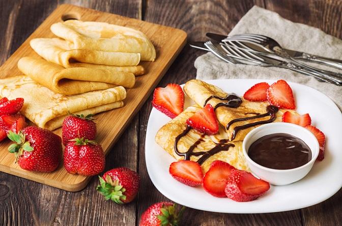 Pfannkuchen mit Zucker? Mit Schokolade? Mit Erdbeeren? Mit Apfelmus? Wie Sie auf dem Bild sehen können, sind der Vielfalt beim Genuss keine Grenzen gesetzt und so lassen sich Pfannkuchen immer wieder neu erfinden und genießen. (#03)