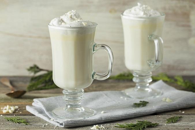Der Anblick der Gläser, die mit heißer weißer Schokolade gefüllt sind, lässt so manchem Betrachter das Wasser im Mund zusammenlaufen. (#04)