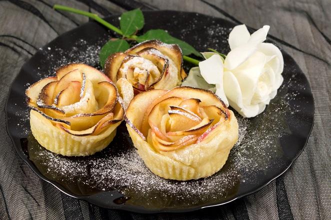 Kunstvoll sehen sie aus, diese Apfelrosen, die besonders einfache Desserts darstellen, obwohl sie höchst kompliziert ausschauen. (#16)
