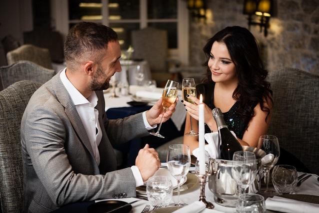 Wie kann der Gast angemessen mit langen Wartezeiten im Restaurant umgehen? Tatsächlich existiert kein Gesetz, in dem maximale Wartezeiten statuiert sind. Welche Wartezeiten akzeptabel sind, hängt somit immer vom Einzelfall ab.(#01)