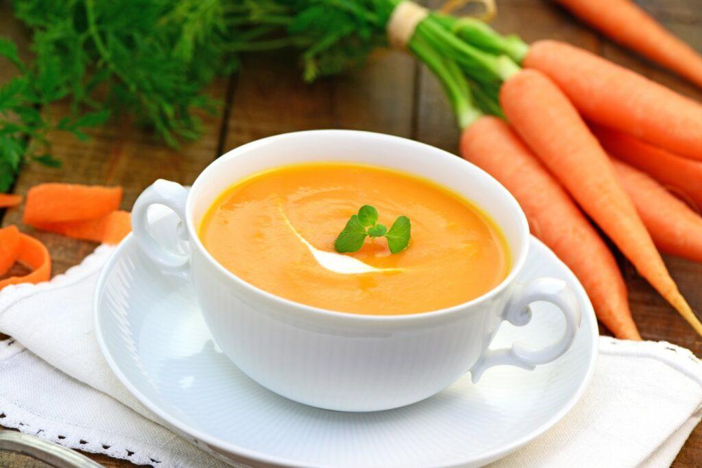 Eine warme Möhrensuppe mit Maronen schmeckt nicht nur gut, sie wärmt auch von innen. Wintergrillen braucht das. (#1)