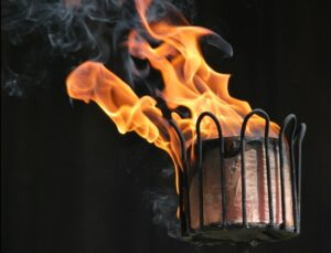 Gartenfackeln sorgen nicht nur für Licht beim Grillen im Winter - sie strahlen auch ein bisschen Wärme ab. Und das tut so richtig gut, während man auf das nächste Steak wartet... (#5)