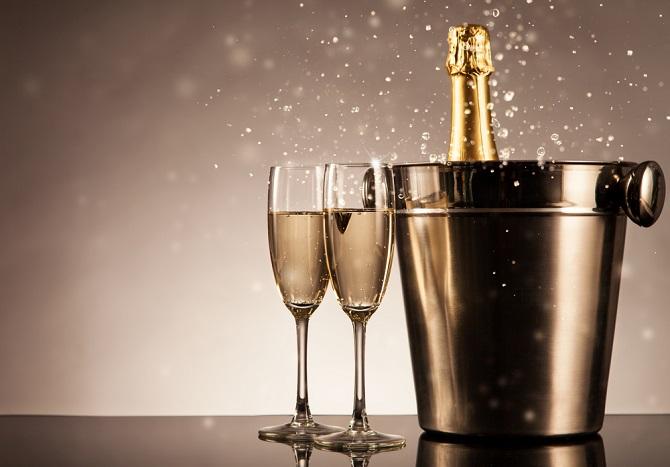 Champagner steht für Luxus, Exklusivität und guten Geschmack – und lässt sich doch nicht nur als Getränk zu gutem Essen servieren. Auch als Zutat in herzhaften Gerichten oder in Desserts macht er eine gute Figur und lässt häufig verwendete Weine blass aussehen. (#01)