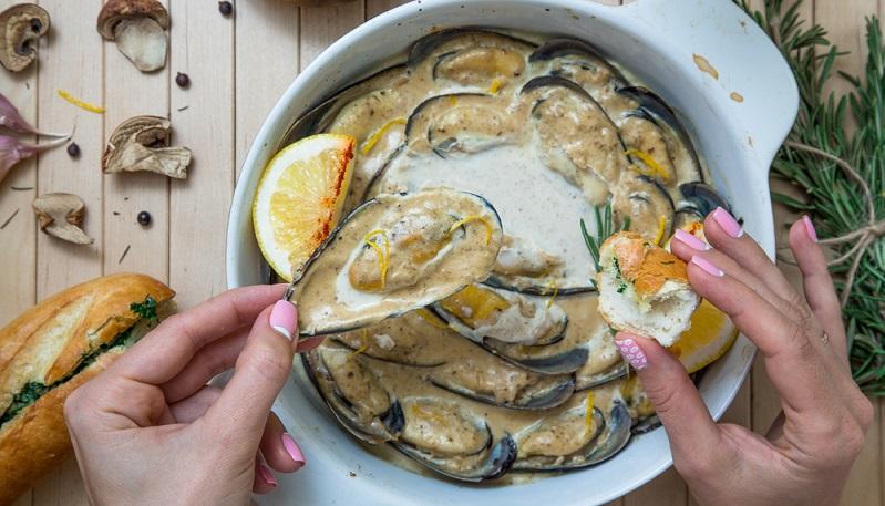 Surft man auf internationalen Webseiten mit Rezeptideen, wird man auf viele französischsprachige Muschelrezepte stoßen. Denn Gerichte mit Meerestieren, haben in Frankreich nochmals eine weitaus längere Tradition und genießen einen noch höheren Stellenwert als hierzulande.(#01)