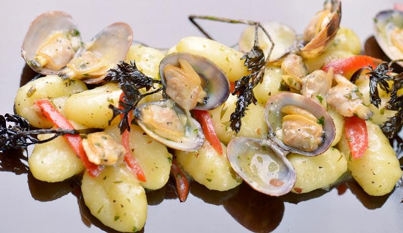 Moules Gratines, also das Miesmuschel-Gratin, sind der neueste Schrei in der Meeresfrüchte-Küche. Viele wissen gar nicht, dass Miesmuschel-Gratin als eigenes Gericht existiert. Muscheltopf und Ragout kennt jeder, aber Moules Gratines? (#02)