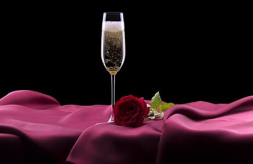 Viele Gourmets bestellen inzwischen ihren Nachschub an edlen Getränken ganz bequem im Online-Versand. Viele Anbieter haben eine sehr große Auswahl verschiedenster Hersteller im Sortiment – vom klassischen Brut über Rosé bis zum Ice-Champagner. (#05)