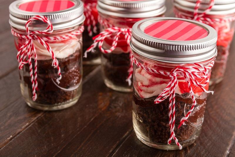 Ist der Kuchen gebacken, sollte Sie das Glas anschließend anlässlich des Anlasses mit bunten Bändern, Anhängern oder Kerzen dekorieren.(#02)