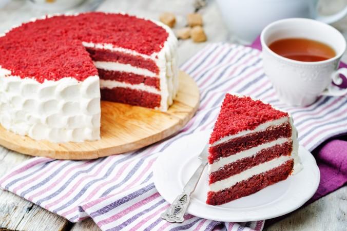 Statt Sahne eignet sich auch Buttercreme zum dekorieren und füllen. Ohne viel Dekoration und trotzdem wunderschön kommt der Red Velvet Cake daher. (#1)