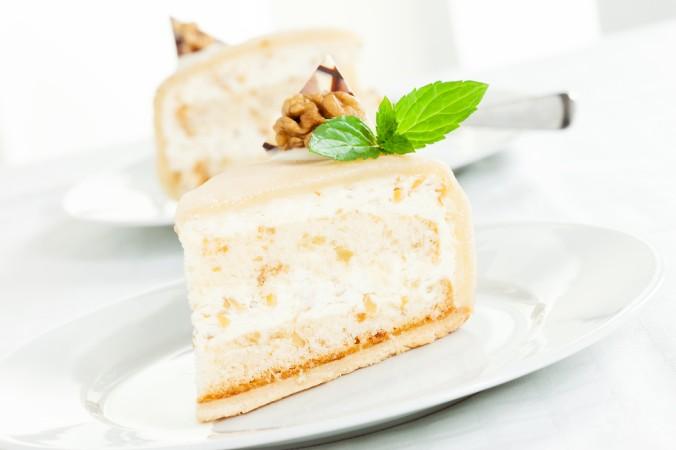 Super lecker und was für echte Zuckermäuler: eine Tortendeko aus Marzipan. Das kann aufwendig sein, mit Figuren aus Marzipan, oder ganz simpel eine Marzipanhaube aus dünnem ausgerolltem Marzipan, mit Walnüssen und Minze. (#3)