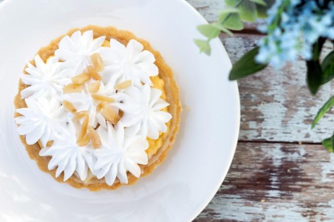 Wer Sahne liebt, kann seine Torte einfach mit Sahne dekorieren. Ein paar geröstete Nüsse oder Obst darauf verteilen und schon ist sie fertig. Das ist schlicht, aber wunderschön und noch dazu ganz einfach, mit den richtigen Spritztüllen. (#2)