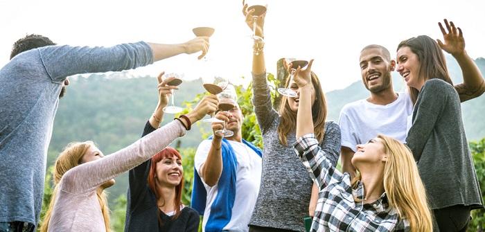Jeden ersten Dienstag bieten am Rheinufer junge Winzer aus Rheinhessen ihre Weine zum Probieren an.(02)