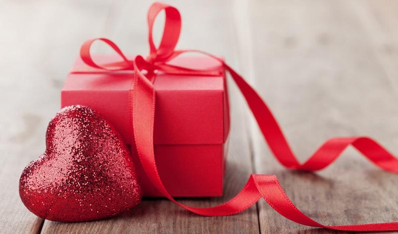 Eine Rose am Fenster, ein kleines Ständchen vor dem Zubettgehen, solche Dinge kommen ebenfalls gut an und versüßen den Abend des verliebten Brautpaares. (#02)