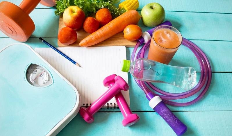 Die Kalorien nimmt man nicht nur durchs Essen zu sich. Auch Getränke enthalten häufig Zucker. Darum empfiehlt es sich, viel Wasser und ungesüßten Tee zu trinken. (#02)