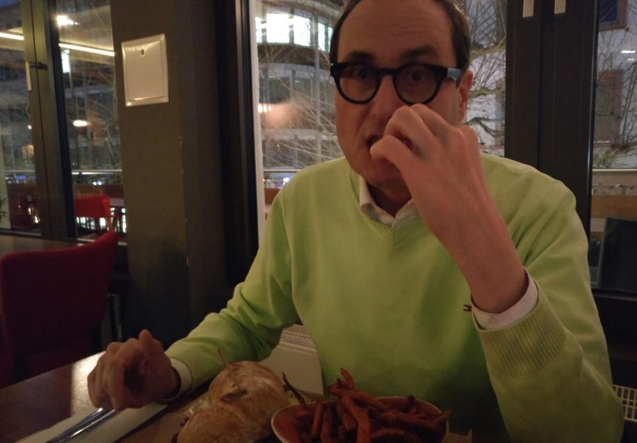 Meinereiner - ebenfalls im Stadtbalkon mit Sandwich beschäftigt.