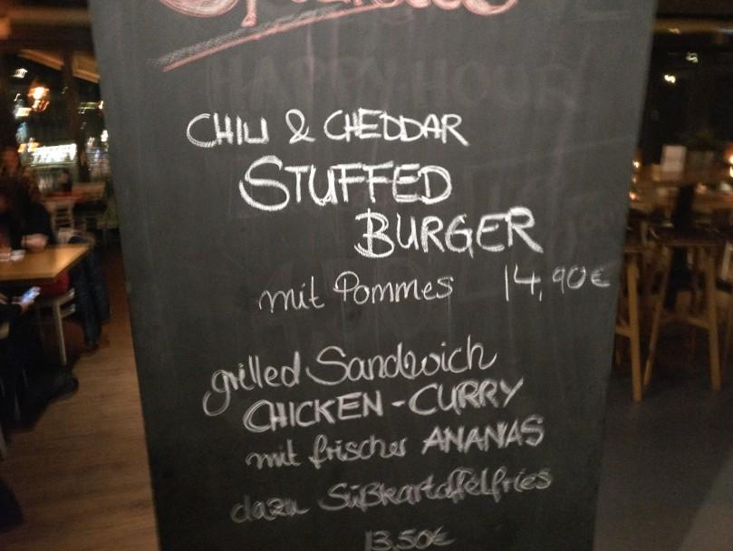 """Tagesempfehlung im Stadtbalkon Mainz: """"Chili & Cheddar Stuffed Burger"""" und """"Grilled Sandwich Chicken-Curry""""."""