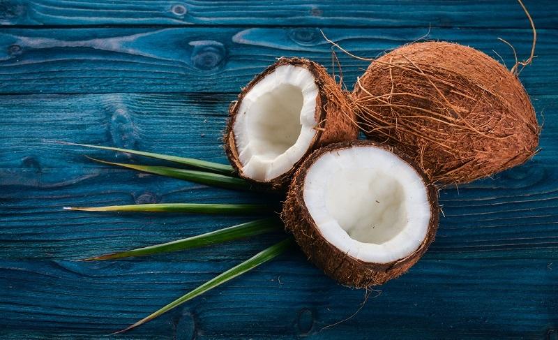 Egal, wie es genannt wird, es handelt sich hierbei immer um das Öl, das aus dem getrockneten Kokosnussfleisch – der sogenannten Kopra – gewonnen wird. (#01)