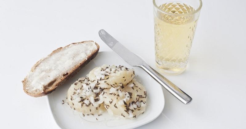 Der Handkäs wird nach klassischem Rezept in Essig und Öl, gewürzt mit Kümmel und Zwiebeln, genossen. (#02)