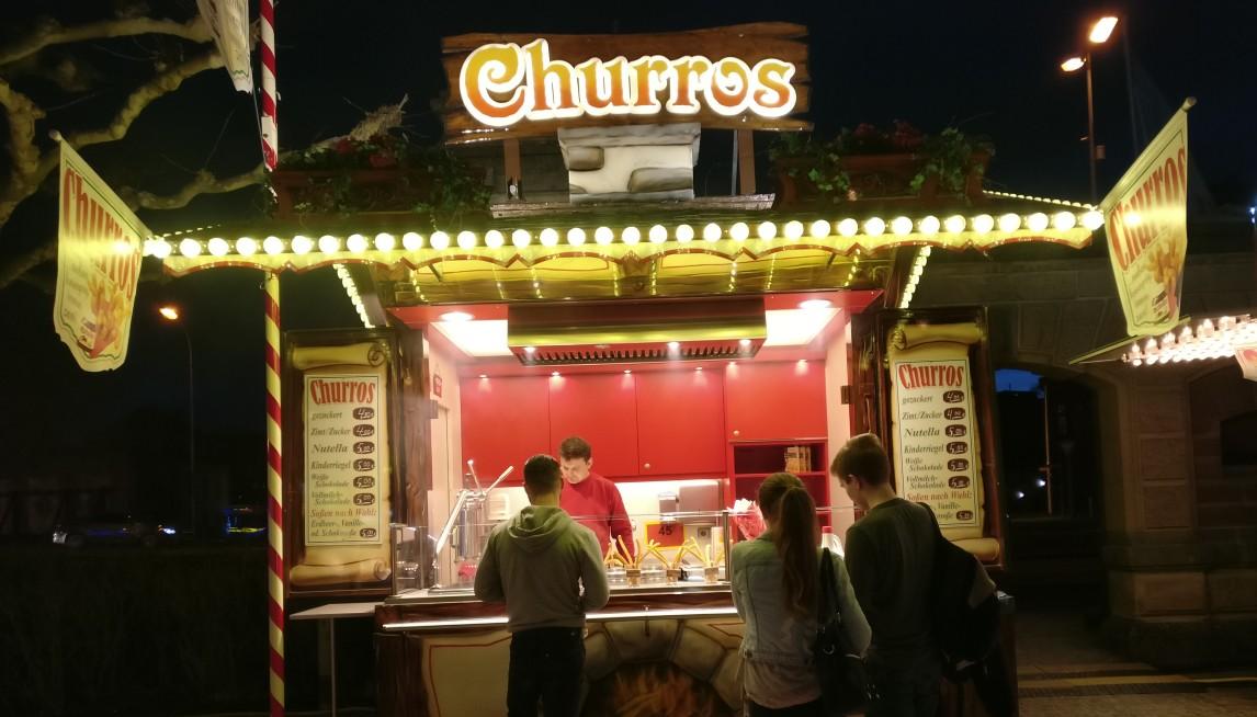 """Verhungern muss man auf dem Mainzer Rheinfrühling nicht. """"Churros"""" gibt es hier."""