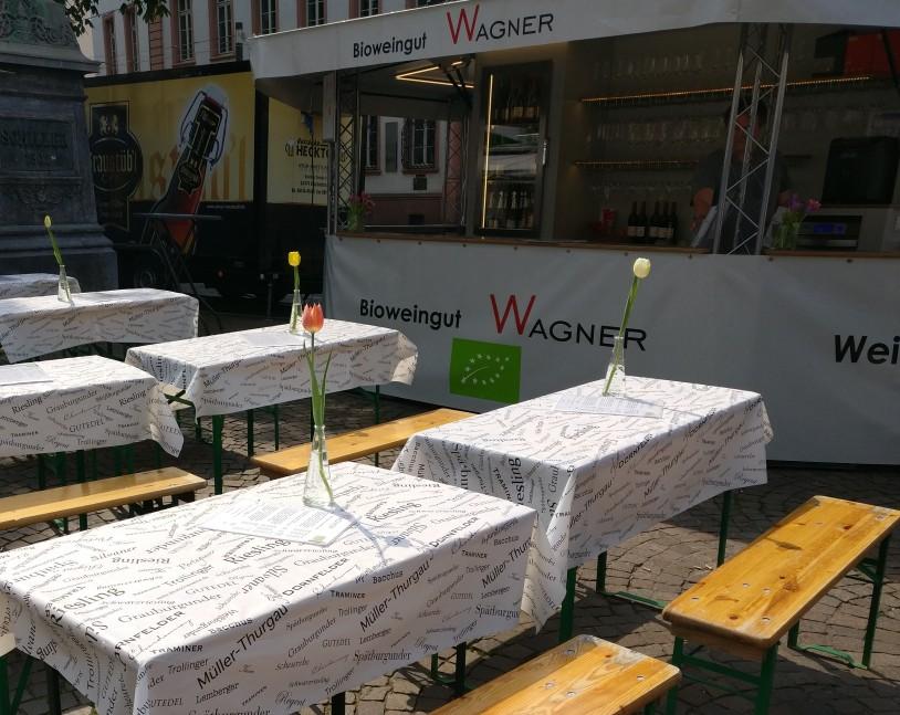 Die Tische vor dem Bioweingut Wagner laden ein. Ich gebe zu, es wirkt  och mehr, wenn bereits ein paar Menschen Platz genommen haben.