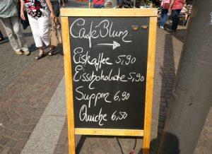 Fast hätte mich die Tafel des Café Blum davor bewahrt, den Mainzer Weinfrühling am Schillerplatz kennenzulernen. Eine Eisschokolade wäre es gewesen... Die Torten im Café Blum hätten mich sicher länger festgehalten.
