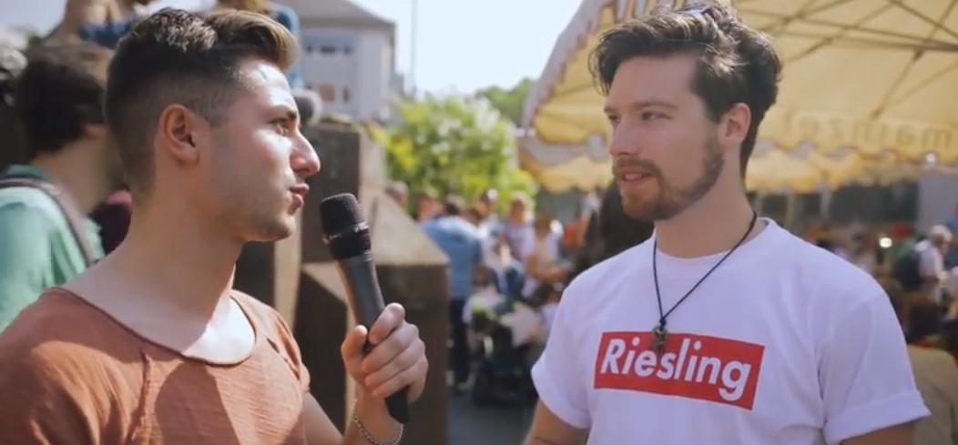Riesling ist nicht nur ein Aufdruck auf T-Shirts. Riesling ist auch der Stoff, aus dem die Marktfrühstück-Träume gemacht sind. Die Weinschorle ist das Getränk schlechthin.