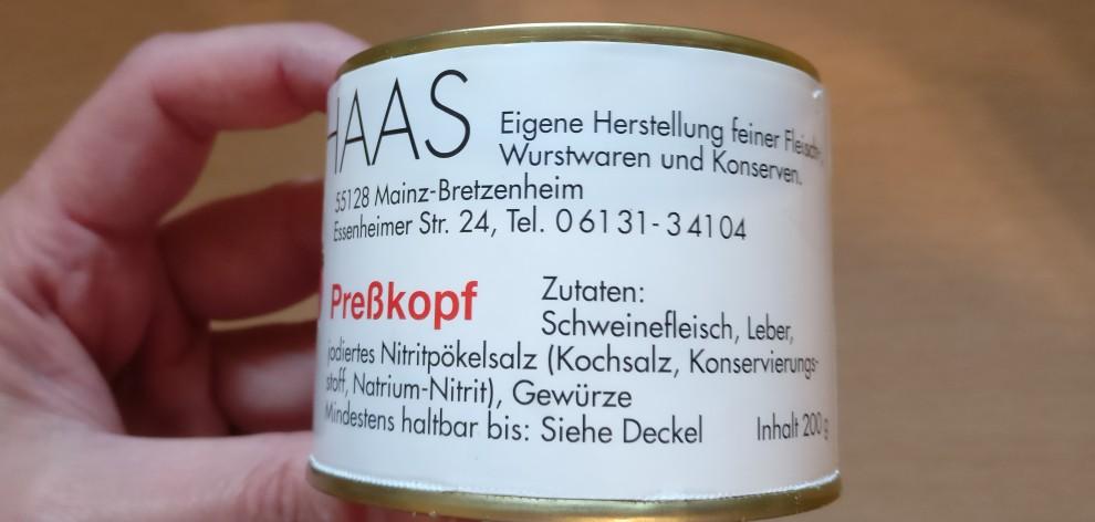 Wikipedia meint: Mainzer Schwartenmagen: fein zerkleinerte Blutwurstgrundmasse, Rückenspeck mit Schwarte und Schweinefleisch in dünnen, langen Streifen; in Schweineblasen. Metzger  Haas weiß es besser. Ich sage nur: oberlecker!