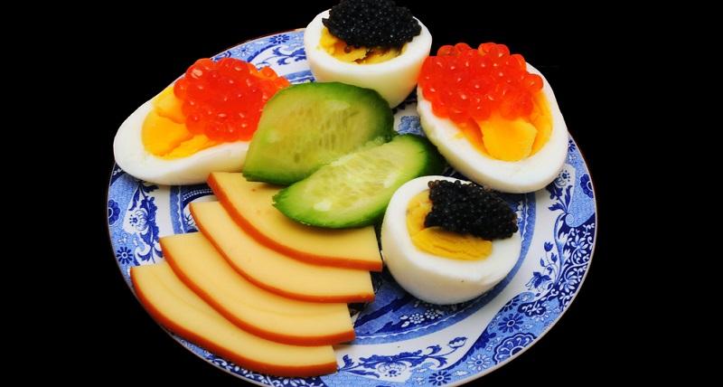 Besonders an diesem Gericht ist schon der Kaviar. Sevruga-Kaviar ist ein wahrer Luxusgenuss und schraubt den Preis des Frühstücks um mindestens 650 Dollar in die Höhe.