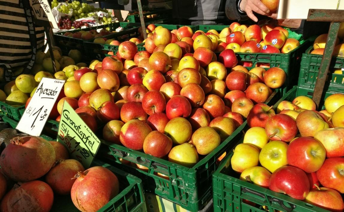 Äpfel: auf dem Mainzer Wochenmarkt, macht es Spaß, Obst, Gemüse und sonstige Leckereien einzuholen. Nicht nur am Samstag, aber am Samstag ganz besonders, denn da hat man Zeit ohne Stress.