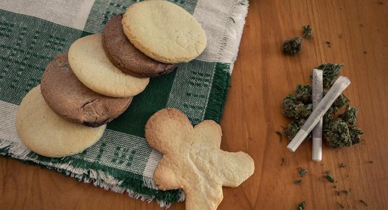 Die Möglichkeiten, Cannabis zum Kochen zu verwenden, sind schier unendlich. Das Spektrum reicht von der Zubereitung von Cannabisbutter über das Backen der berühmten Hash-Cookies bis zur Verwendung von Weed in Hauptgerichten.