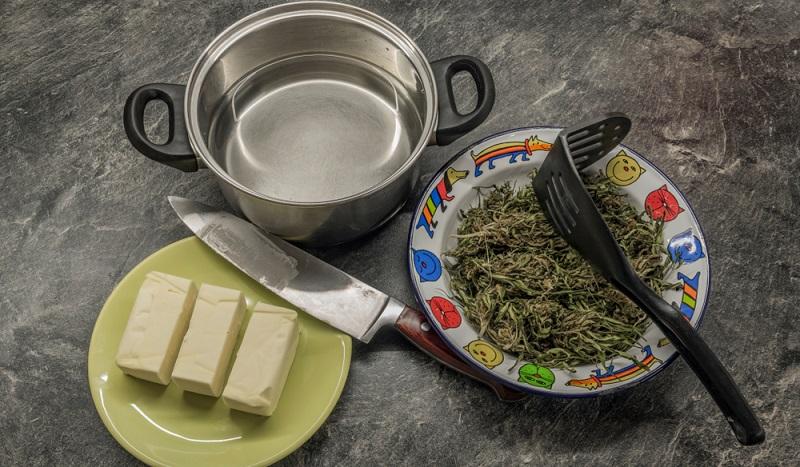 Bevor man mit dem eigentlichen Zubereiten der Cannabisbutter beginnt, sollte man alle Zutaten und Haushaltsgeräte besorgen und griffbereit zurechtlegen