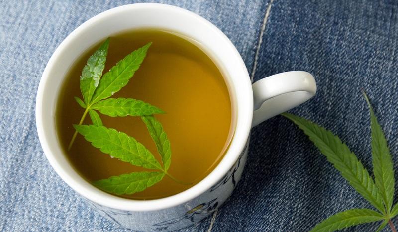 Wenn der Cannabistee nach Vorschrift zubereitet wurde, lösen sich ungefähr 90 Prozent der Cannabinoide aus den Cannabisblüten. Nach einer Stunde, spätestens nach 90 Minuten tritt die Wirkung ein.