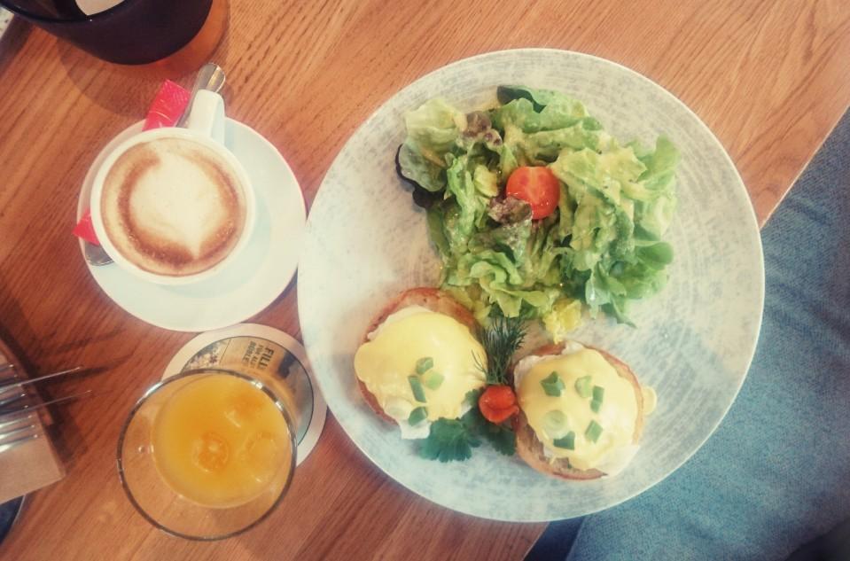 """My choice @ Wilma Wunder. Die besagten Eggs """"Benedict & Wilma"""" und pochierten Eier auf Toasties mit Salat an Sauce Hollandaise. Mein Frühstück am Ballplatz."""