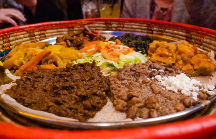 Essen ohne Besteck: Im Restaurant Madiba Afrika gibt es Injere-Brot in die Finger. Wer aber mit Besteck essen möchte, dem wird auch geholfen.