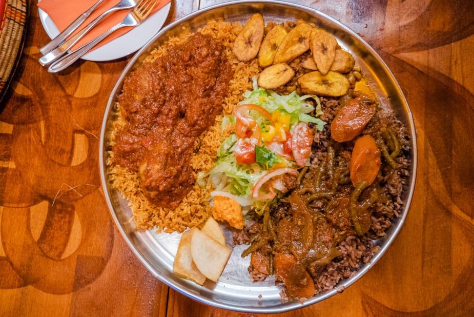 Die Ghana-Platte für fünf Personen mit dem leckeren Fisch-Stew im Madiba Afrika.