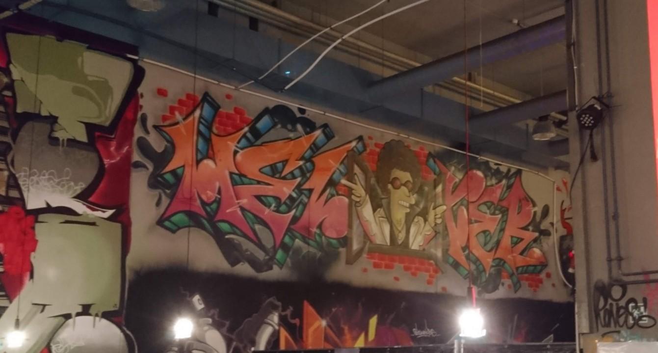 Das Alte Postlager hinterm Mainzer Hauptbahnhof: Graffitti und Lukullisches wird geboten.