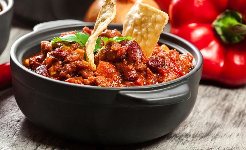 Dieses Chili-Rezept für sechs Personen ist perfekt für eine Party geeignet, denn es kann hervorragend bereits am Vorabend zubereitet werden und schmeckt sogar noch besser, wenn es lange zieht.